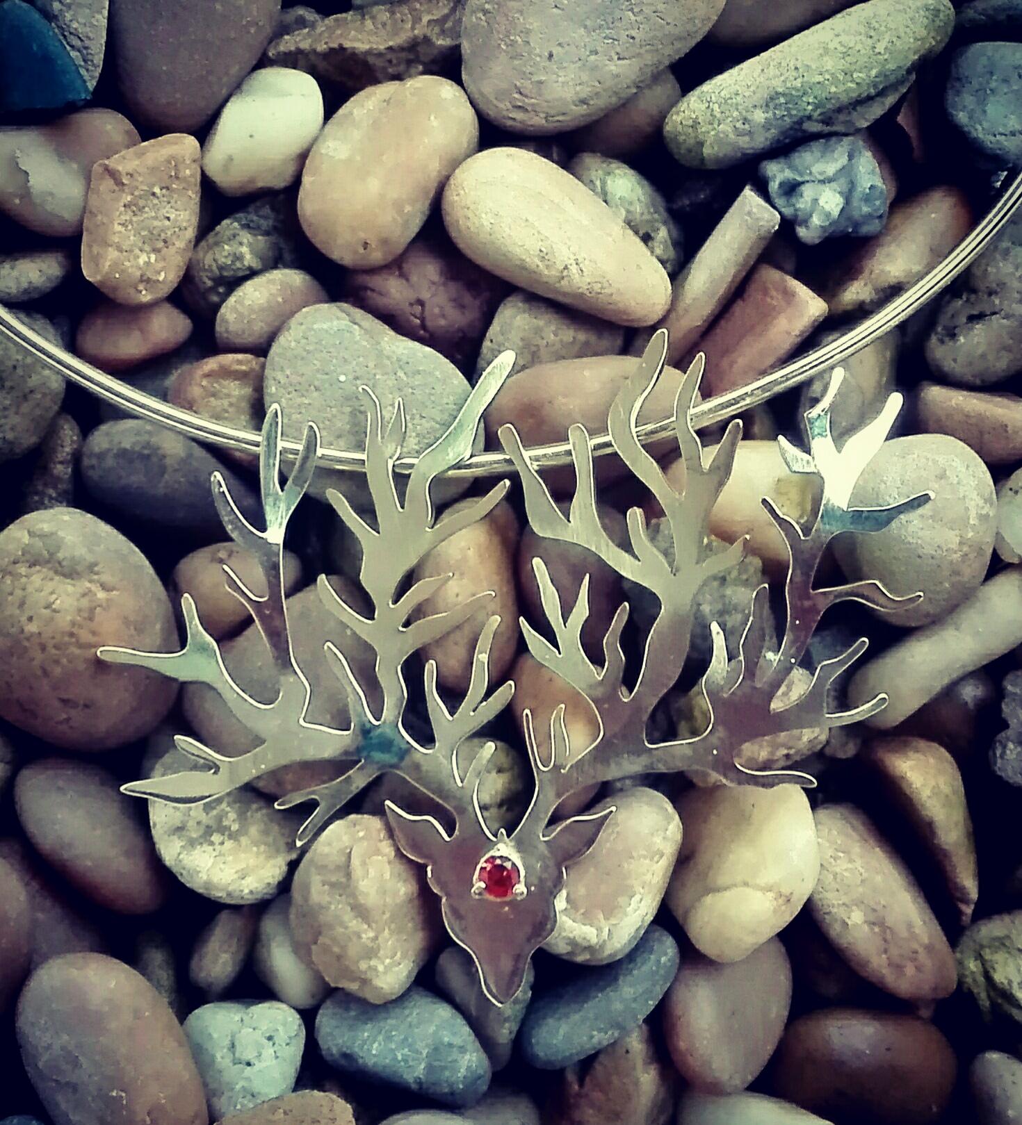 Collier cerf opale de feu et laiton